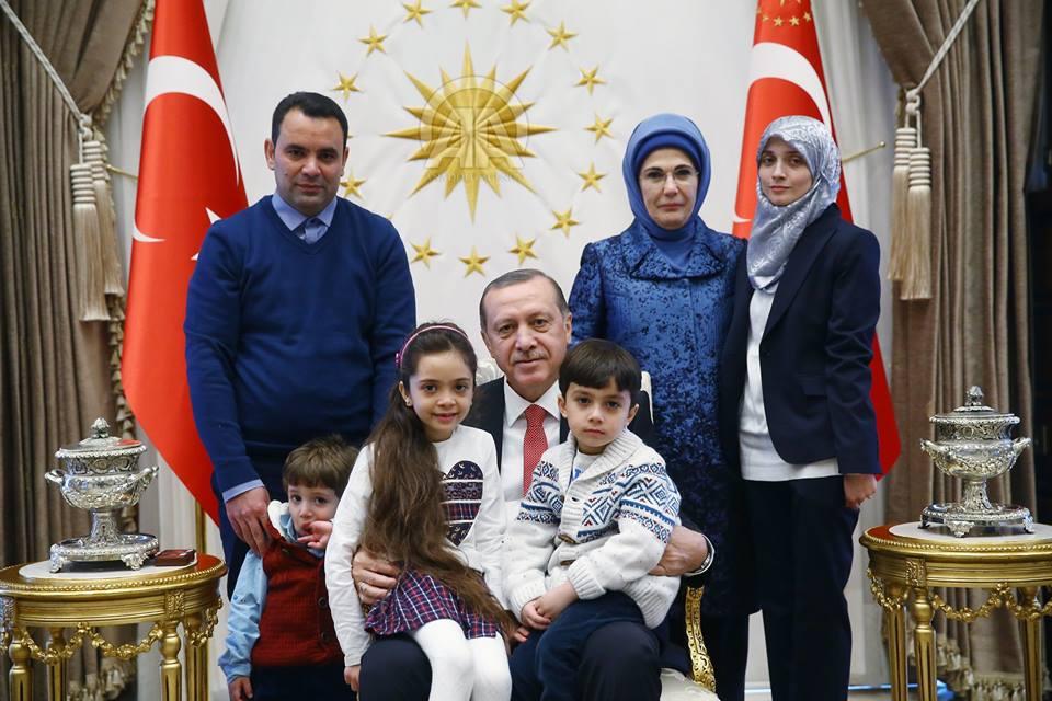 """صورة أردوغان يستقبل الطفلة """"بانا"""" ايقونة حلب المحاصرة"""