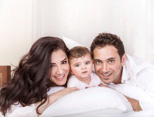 صورة نوم الرضيع بين والديه قد يعرضه لخطر الموت