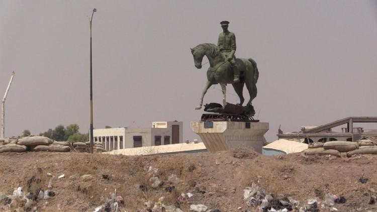 صورة وحدات حماية الشعب تُسقط تمثال باسل وتحمي أبيه في الحسكة
