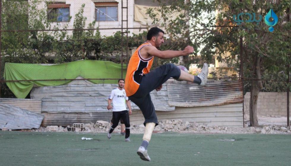 صورة سوري يتحدى إصابة الحرب ممارساً هوايته بكرة القدم