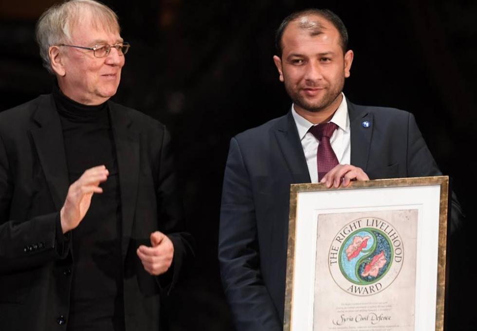 """صورة جائزة نوبل البديلة .. تذهب للأيادي النبيلة """"الدفاع المدني السوري"""""""