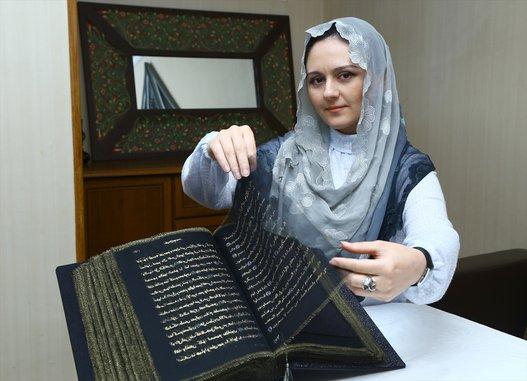 صورة فتاة أذربيجانية تنجز أول مصحف مكتوب على الحرير