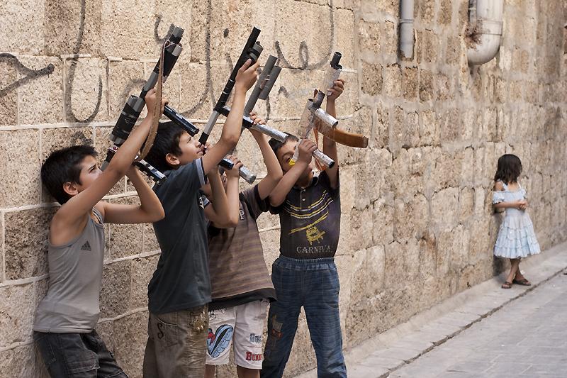 صورة ألعاب الأطفال تعكس آثار الحرب