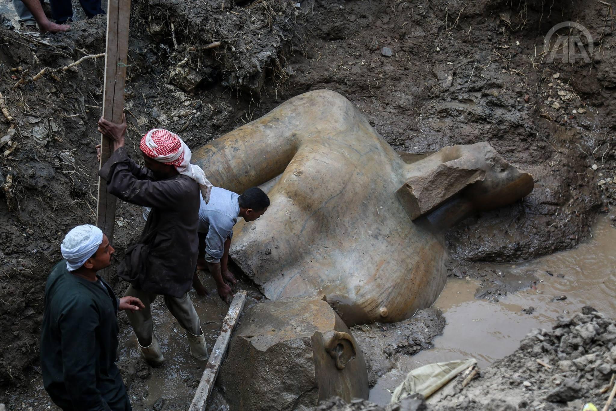 صورة اكتشاف تمثالين ملكيين في مصر عمرهما 3300 عام