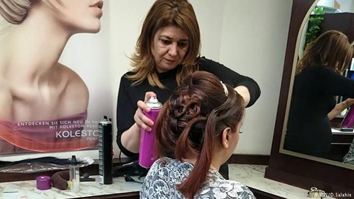 صورة مهاجرة سورية تساعد اللاجئات على إيجاد فرصة عمل