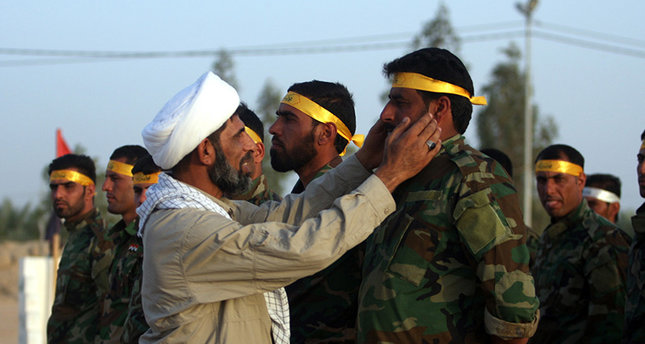 صورة خامنئي يمنح الجنسية الإيرانية للمقاتلين الأفغان بسوريا