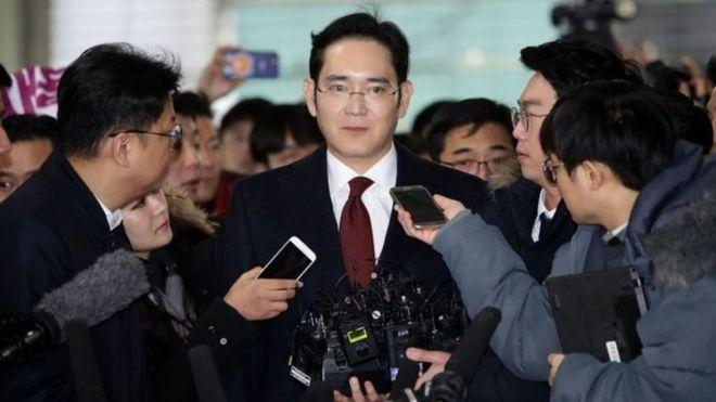 صورة بدء محاكمة رئيس سامسونغ بتهمة الرشوة