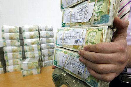 صورة موظف لدى الأسد يختلس 7.6 ملايين ليرة