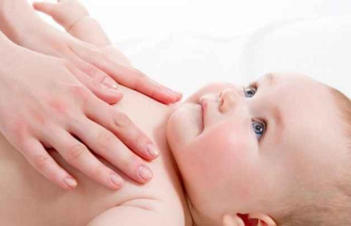 صورة دراسة: التواصل باللمس قد يساعد في نمو أدمغة حديثي الولادة