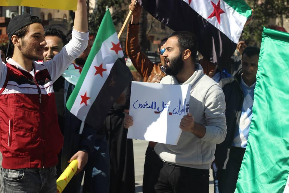 صورة سوريون يعتصمون في اسطنبول للمطالبة بتحييد مدنيي الرقة والمنشآت