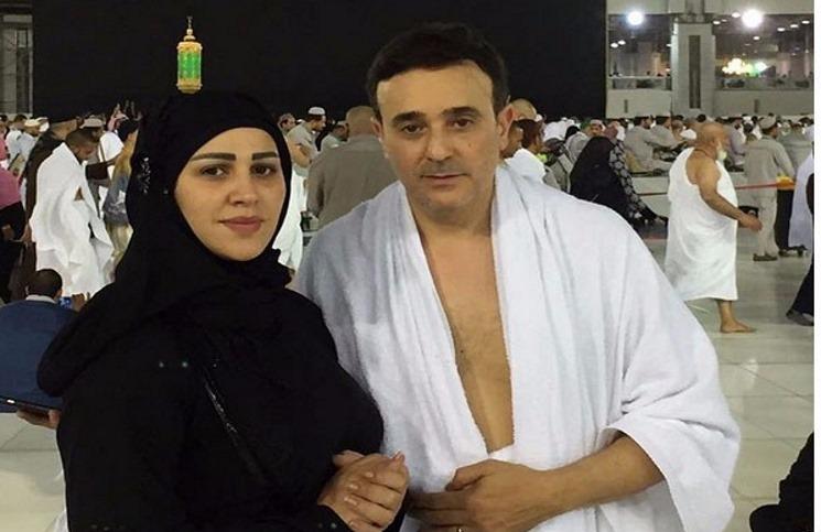 صورة صابر الرباعي يؤدي مناسك العمرة مع زوجته