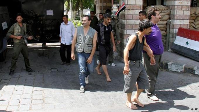 """صورة صفقة """"وضيعة"""" للأسد مع المعتقلين..التجنيد مقابل الحرية"""