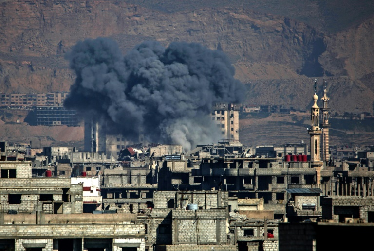 """صورة الأسد يضرب غوطة دمشق بـ """"الكلور"""""""