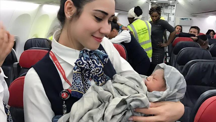 صورة سيدة تضع طفلتها على ارتفاع 13 ألف متر