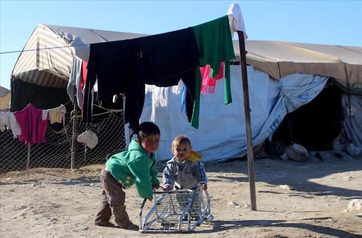 """صورة في مخيمات غوطة دمشق.. """"سقف الوطن"""" من قماش"""