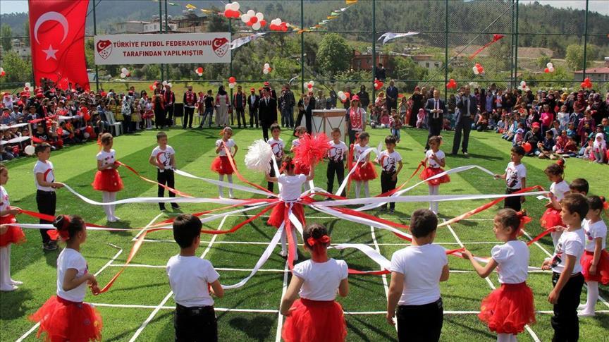 صورة الأطفال السوريون يحتفلون بعيد الطفولة بتركيا