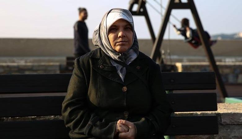"""صورة """"أعيش والموت يسكنني""""..مهاجرة تناشد من اليونان"""