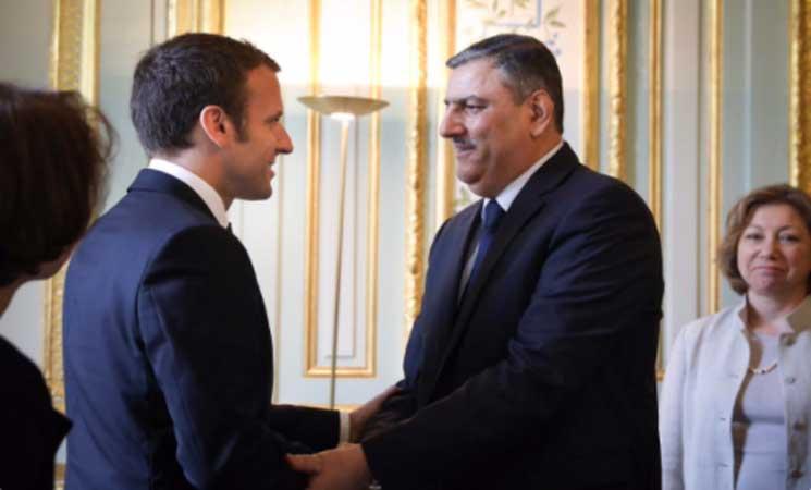 """صورة الرئيس الفرنسي يلقتي """"رياض حجاب"""""""