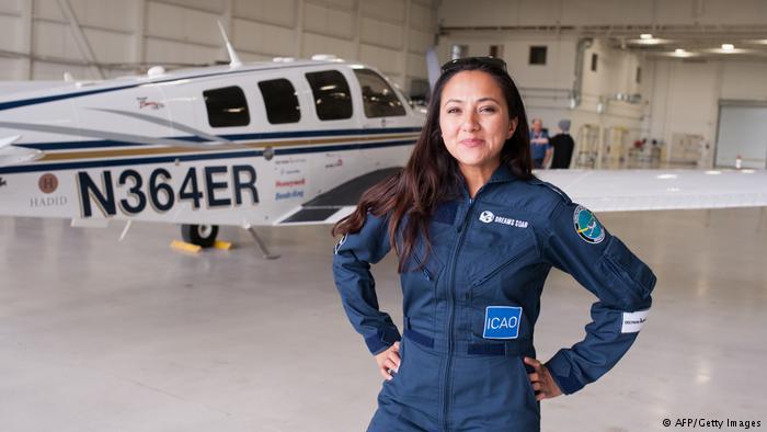 صورة ولدت بمخيم للاجئين وقد تصبح أصغر قائدة طائرة تجوب العالم!