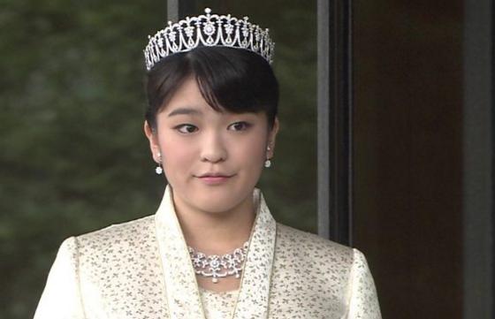 صورة أميرة يابانية تتخلى عن لقبها الملكي لتتزوج شابا من العامة