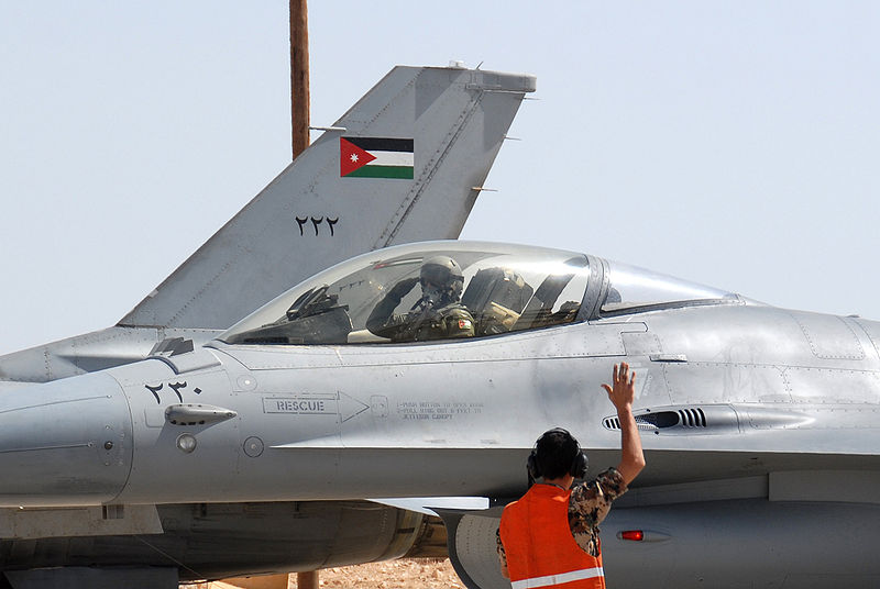 صورة أفـ 16 أردنية تُسقط طائرة بالقرب من الحدود السورية