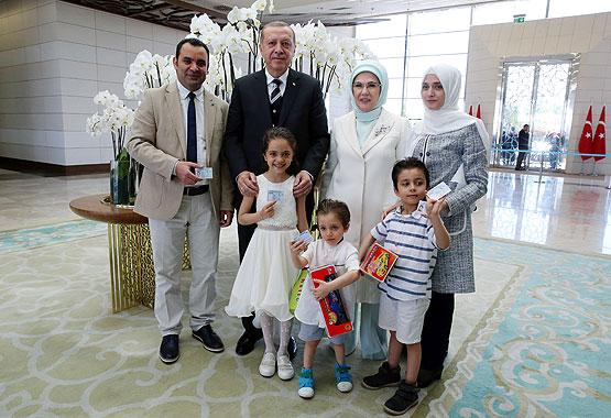 """صورة أردوغان يهدي """"بانا"""" وعائلتها الجنسية التركية"""