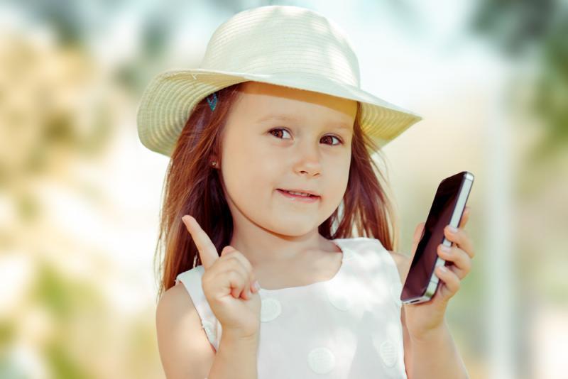 صورة استخدام الطفل للهاتف الذكي يؤخر نطقه (دراسة)