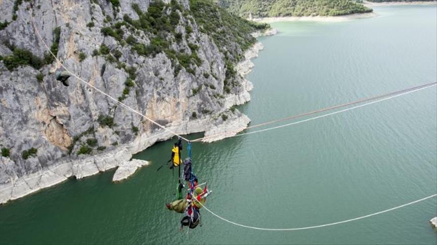 صورة بريطاني يقف على الحبل 100 ساعة على ارتفاع 200 متر