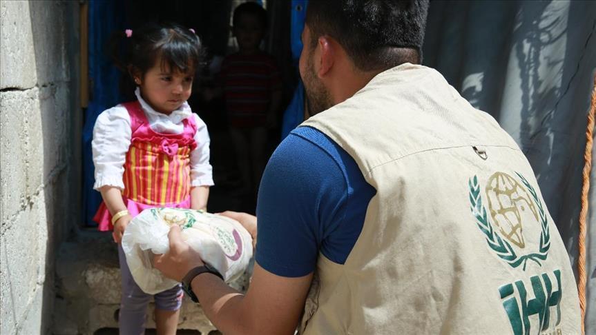 """صورة """"الإغاثة التركية"""" توزع مساعدات على أيتام سوريين"""