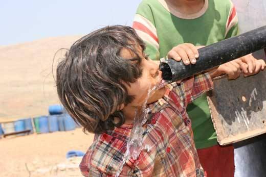 صورة الحمى التيفية تنتشر بمخيم اليرموك المحاصر