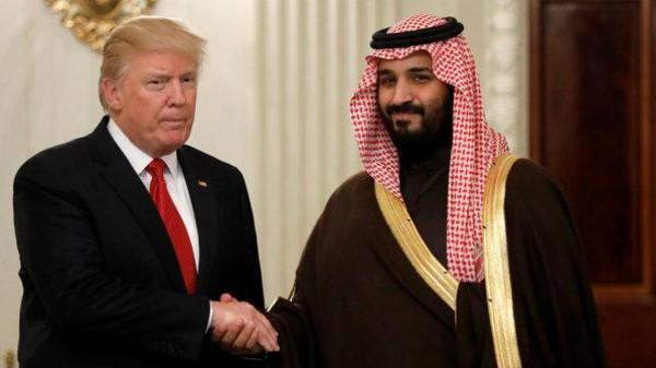 صورة ترامب وبن سلمان يتفقان على حل النزاع مع قطر