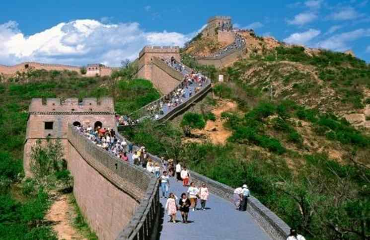 صورة عمال صينيون يٌجازفون لترميم سور الصين العظيم
