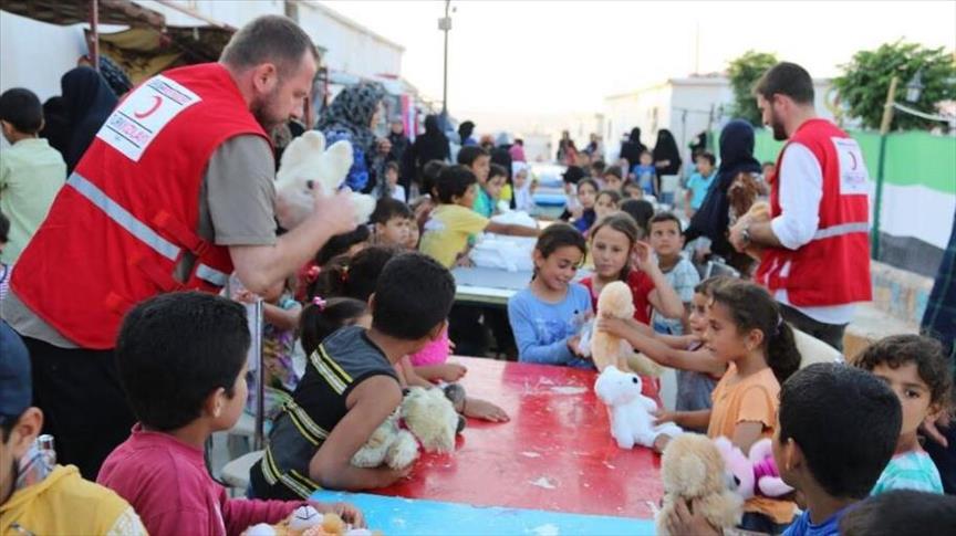"""صورة """"وجبات وهدايا"""" يوزعها """"الهلال الأحمر"""" التركي بإدلب"""