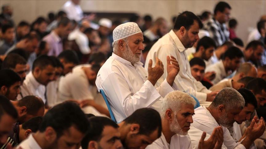 """صورة تضامنا مع قطر..فلسطينيون يؤدون صلاة الجمعة بمسجد """"حمد"""" بغزة"""