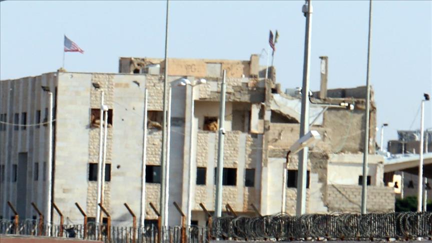 """صورة الوحدات الكردية ترفع """"العلم الأمريكي"""" بتل أبيض"""