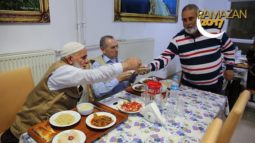 صورة أتراك وسوريون على مائدة إفطار واحدة