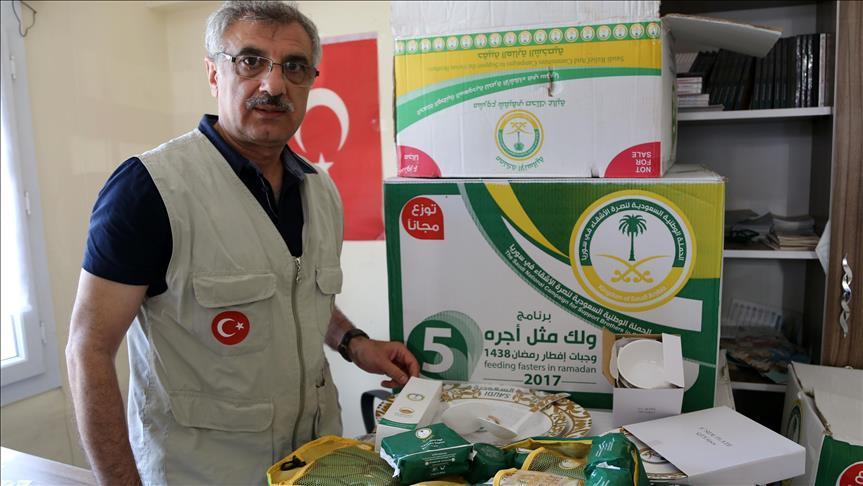 صورة تركيا توزع مساعدات سعودية على لاجئين سوريين