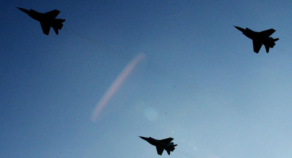 صورة حاملة قنابل أمريكية تحلق فوق القواعد الروسية بسوريا