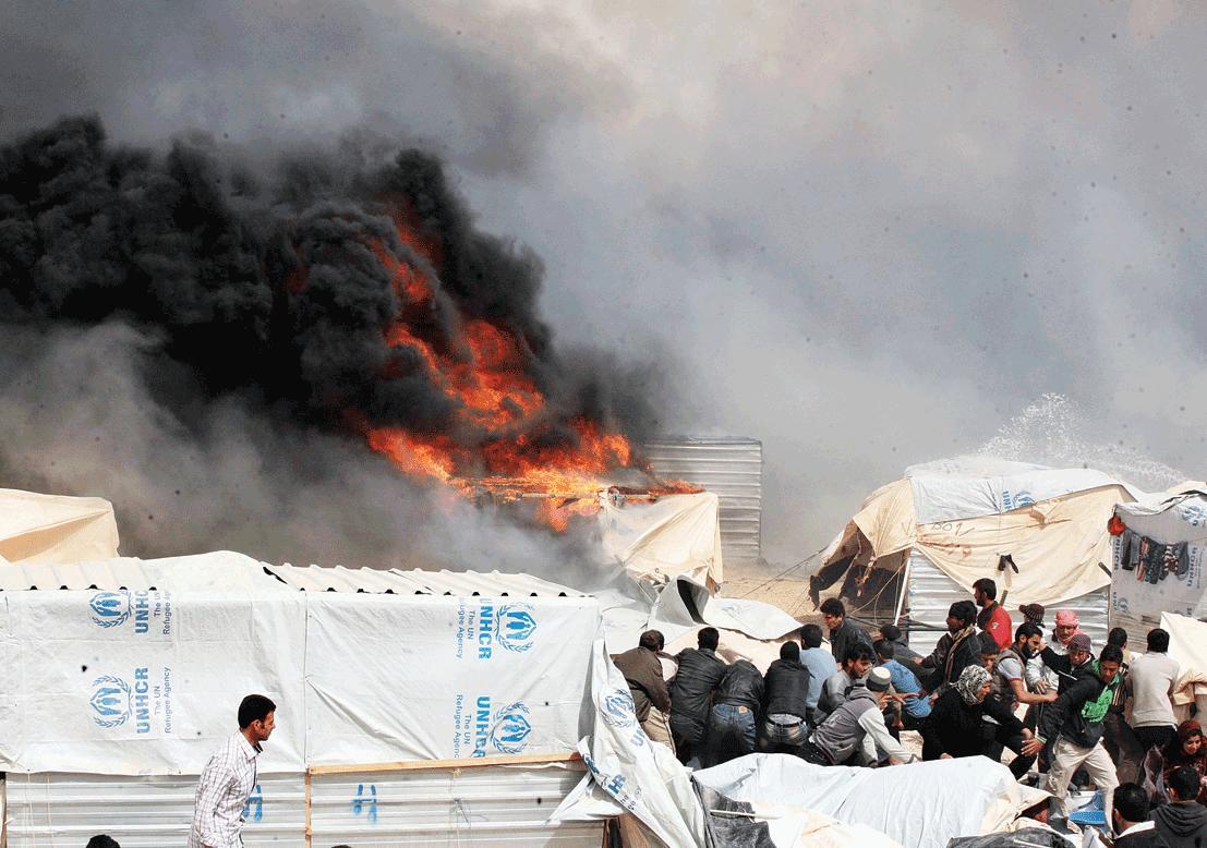صورة حريق هائل بخيم للسوريين في لبنان يوقع 4 ضحايا و100 مصاب