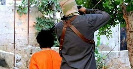 """صورة داعش يعدم فتى ساعد جرحى """"تحرير الشام"""" جنوب دمشق"""