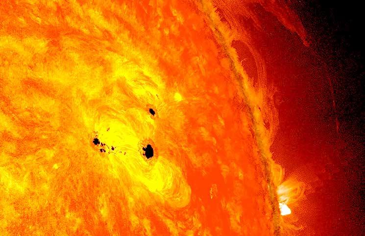 صورة بقعة غامضة على الشمس حجمها 10 أضعاف الأرض