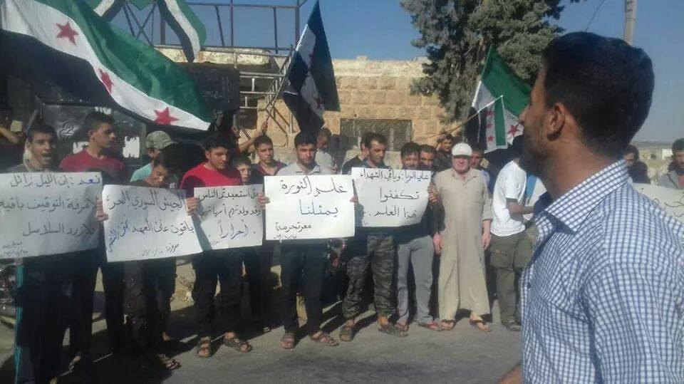 صورة علم الثورة السورية يزين 15 منطقة بإدلب