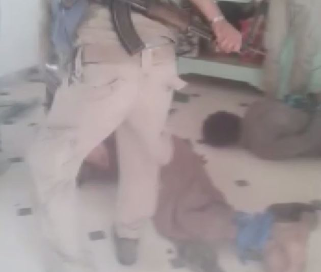 """صورة القوات """"الديمقراطية"""" تعذب مدنيين بوحشية"""