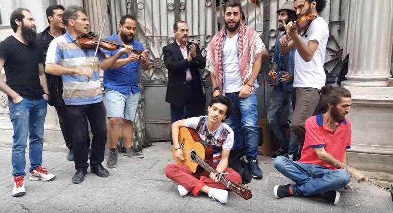 صورة #لطفي_بوشناق..بلسم اللاجئين السوريين(فيديو)
