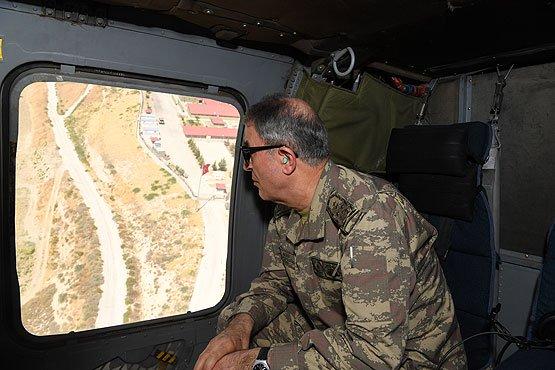 صورة رئيس الأركان التركية يتفقد قوات بلاده المتاخمة لسوريا