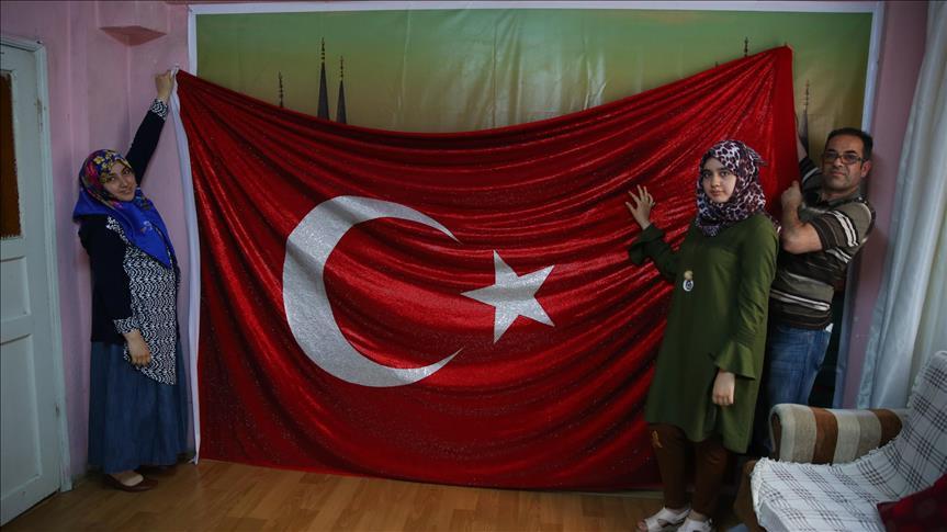 صورة مصمم سوري يزيّن علم تركيا بـ 325 ألف حبة كريستال