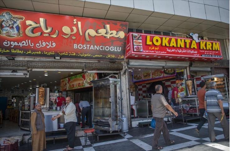 صورة رغم اختلاف ألسنتهم..سوريون وأتراك يتقاسمون رغيف الخبز