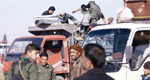 صورة 200 أسرة سورية تعود من الأردن أسبوعياً