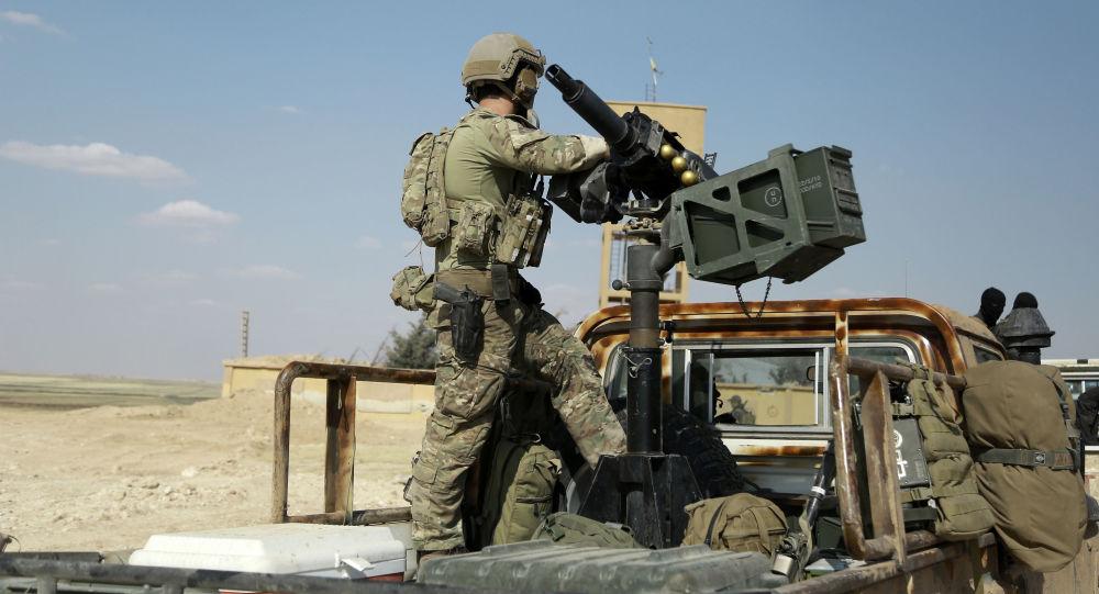 """صورة قوات أمريكية تفض اشتباكا بين """"ب ي د"""" وأهالي الرقة"""