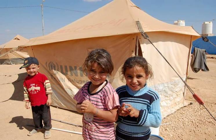 صورة كلوني يؤسس 7 مدارس للسوريين في لبنان